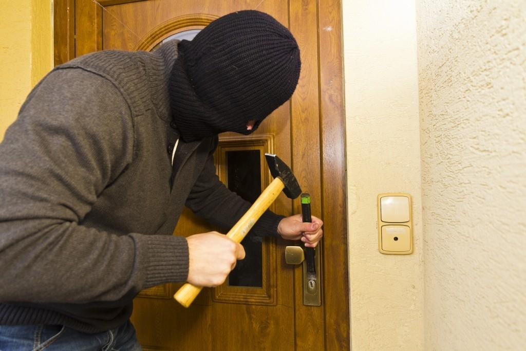 Odjíždíte na dovolenou? Víte, jak zvýšit zabezpečení domu či bytu?
