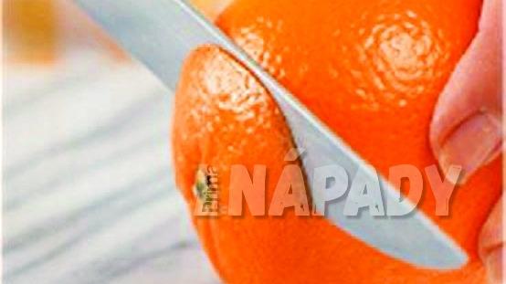 Jak udělat z pomeranče filátka: odkrojíme vršek a spodek pomeranče