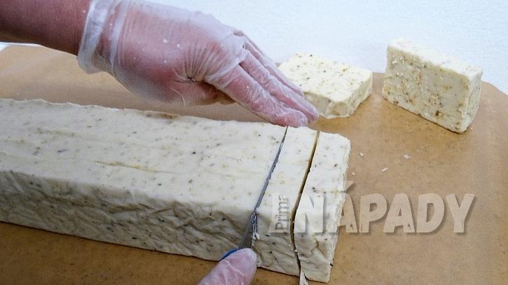 Recept na domácí bylinkové mýdlo: hmotuostrým nožem nakrájejte na kousky