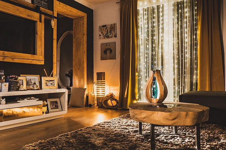 Romantickou atmosféru navodíte designovou lampičkou (Zdroj: Prima DOMA)