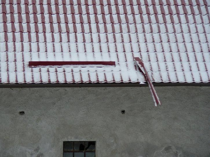 Špatně ukotvené a dimenzované plechové sněhové zábrany