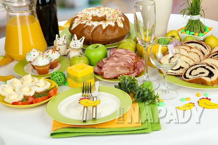 Prostřený velikonoční stůl (Zdroj: Depositphotos.com)