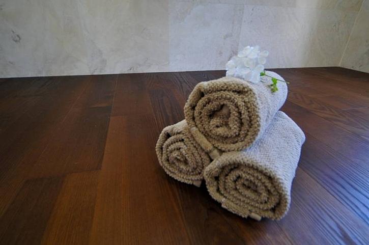 Dřevěná masivní podlaha v koupelně? Žádný problém…