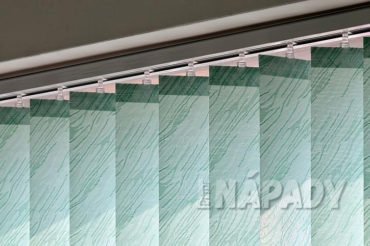 Zelené vertikální žaluzie na okně