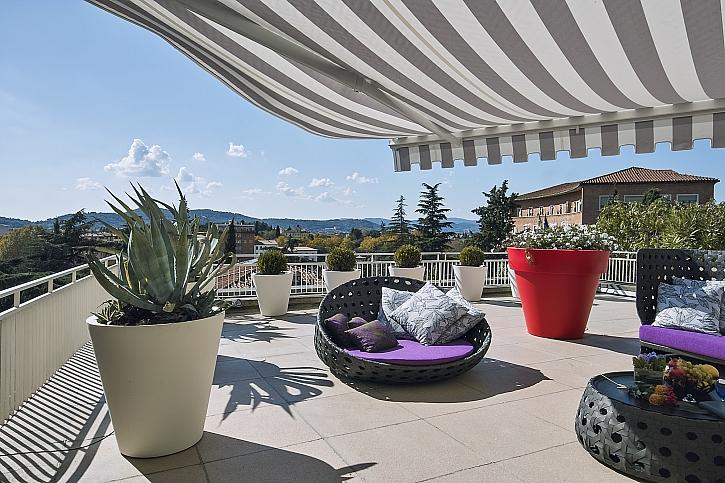 Zastínění terasy pro příjemné posezení v létě (Zdroj: Depositphotos)