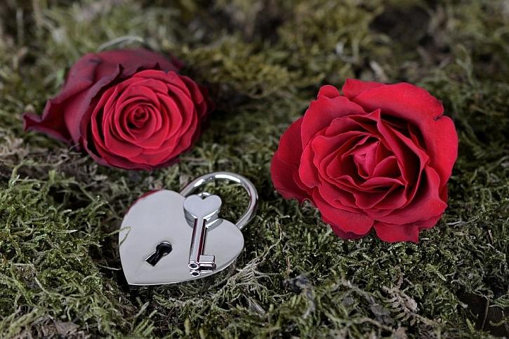 Květiny, bonboniéry ve tvaru srdce a symbolické zámky, i to je dnešní Valentýn