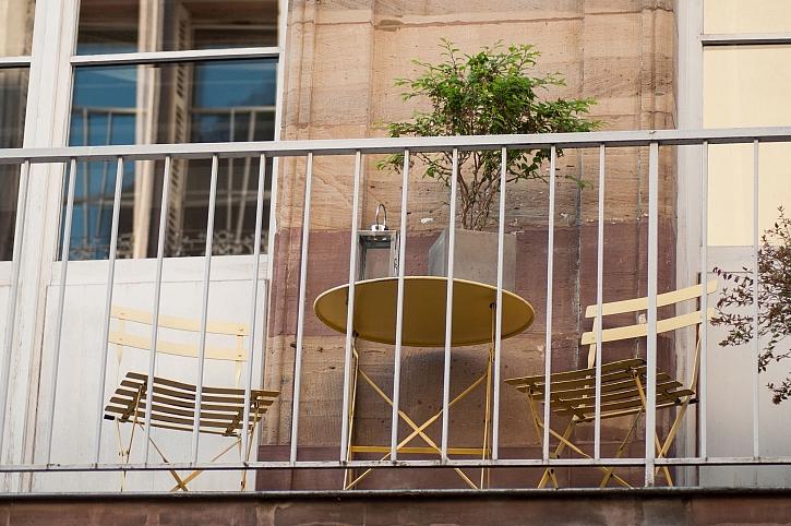 Balkon je náš soukromý prostor, ale moc soukromí neposkytuje (Zdroj: Depositphotos)