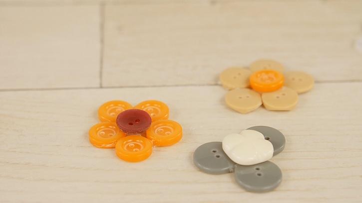 Jak vyrobit kytičky ze starých knoflíků: Dekorace z domácích zásob 3