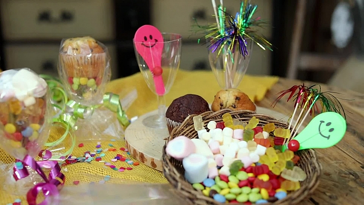 Vychytaný party pohárek plný cukrovinek