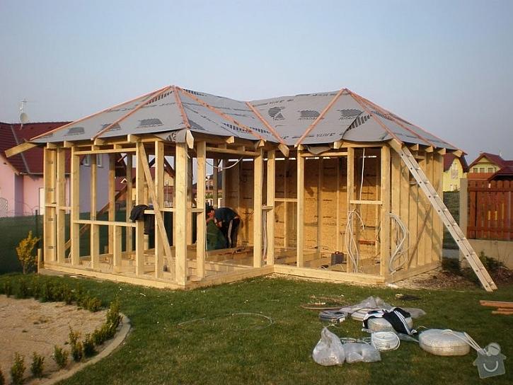 Dřevostavba se od srubu liší v použitém stavebním materiálu