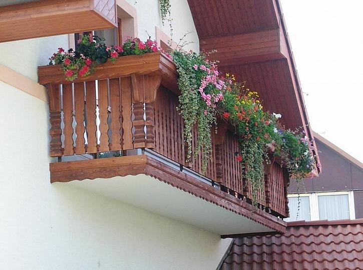 ... a tady už balkon kvete