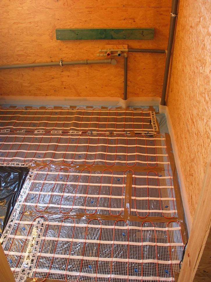 Ukázka podlahy v koupelně s topnou rohoží ECOFLOOR