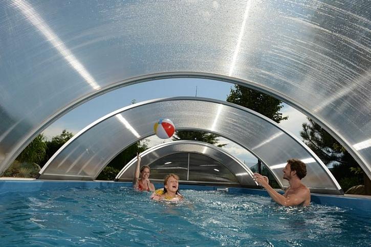 Pod bazénovým zastřešením je voda vždy teplejší a v noci je navíc chráněna před chladnutím. Foto: Mountfield