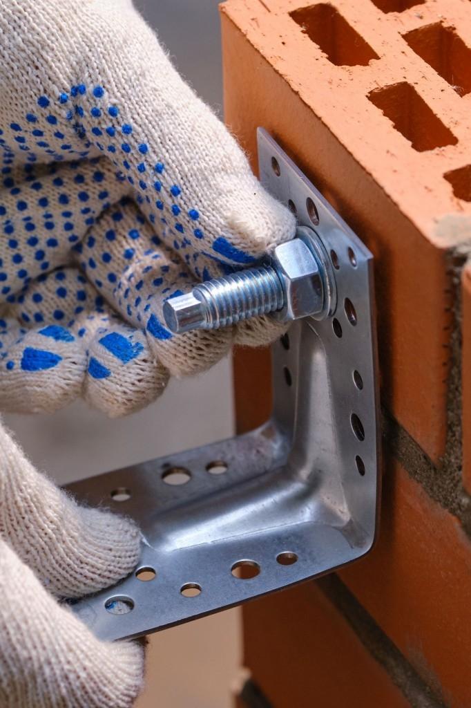 Po uplynutí doby nutné k vytvrzení je možné na kotvenou tyč připevnit potřebné uchycovací mechanismy