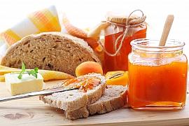 Vyrobte si podle našeho receptu meruňkovou marmeládu s levandulí a malinami