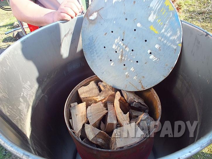 Naskládané dřevo do milíře