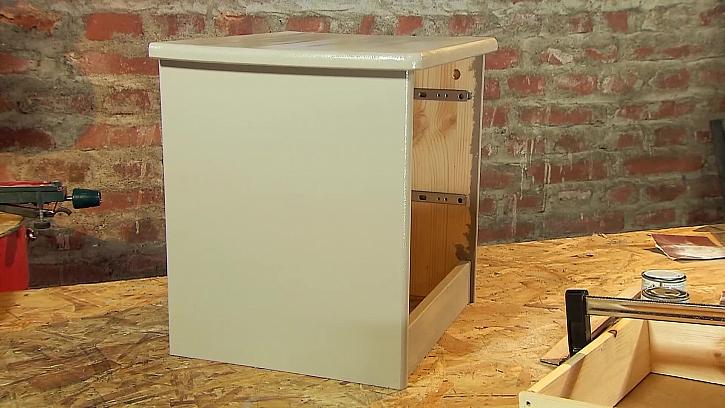 Nalakovaná skríňka