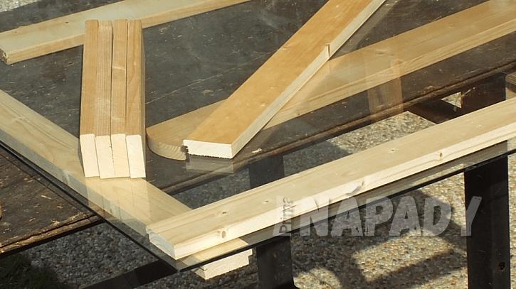 Dekorativní stůl: horní desku stolu bude tvořit sklo