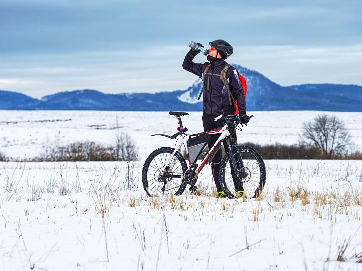 Cyklista pije