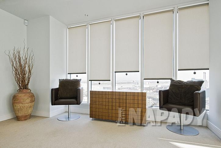 Rolety na oknech v pokoji