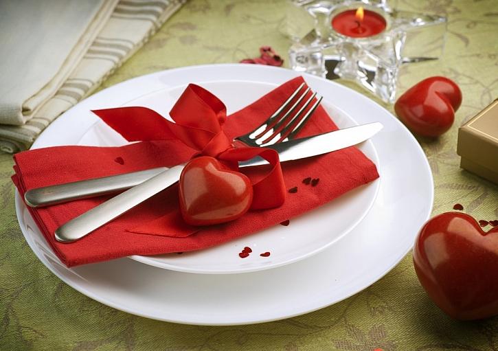 Slavnostní valentýnské tabuli bude nejspíše dominovat červená barva.