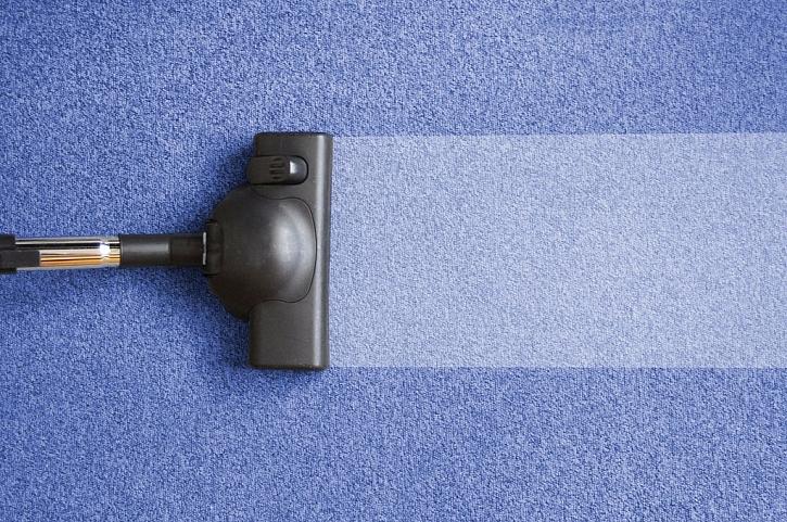 Čištění koberců může probíhat ručně, ale i mechanicky