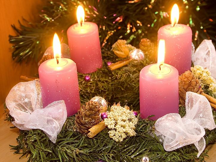 Symbolem adventu je věnec se svíčkami (Zdroj: Depositphotos)