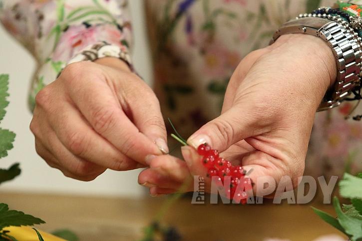 Dekorační věnec z jiřinek: přidáme drobné ovoce