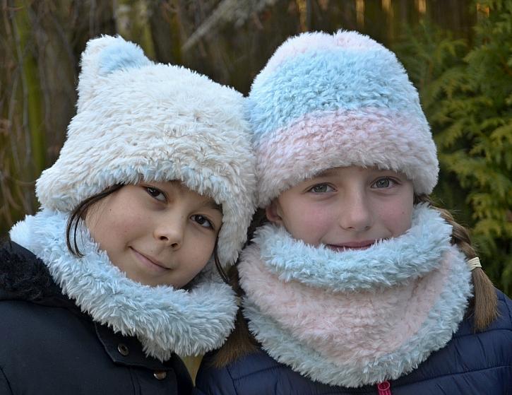 Pletenou dětskou čepici a nákrčník z chlupaté příze zvládnete i vy (Zdroj: Lenka Sýkorová)