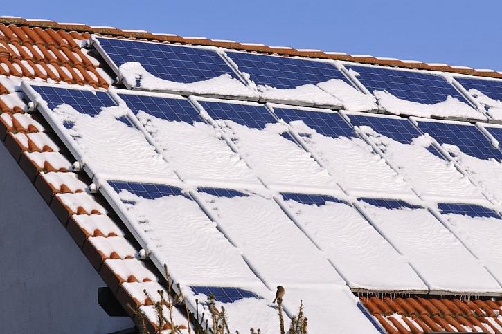 Solární panely si se sněhem většinou poradí samy