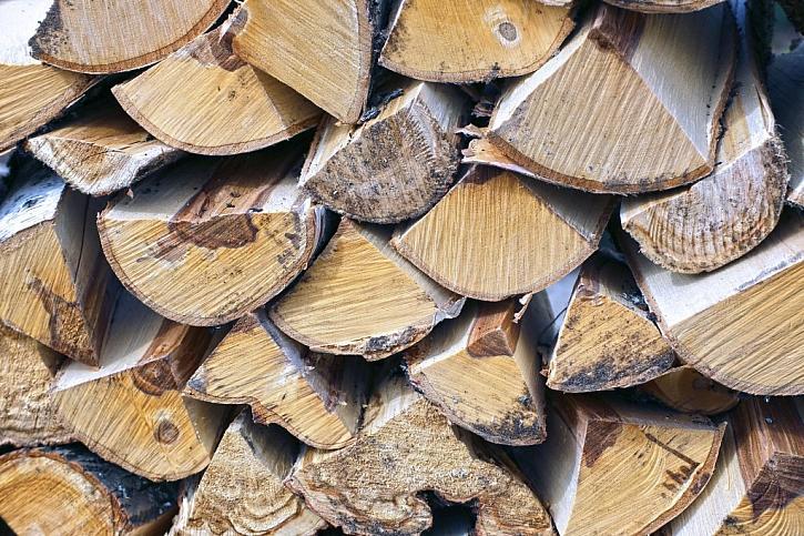 Naštípané dřevo prosychá jeden a více roků dle druhu