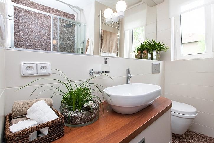 Díky oknu je dost světla a v koupelně se daří i květinám