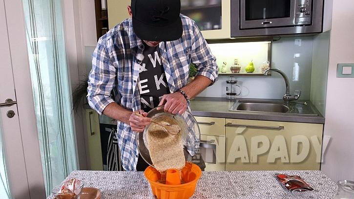 Jednoduchý recept na ořechovou bábovku: těsto nalijeme do formy