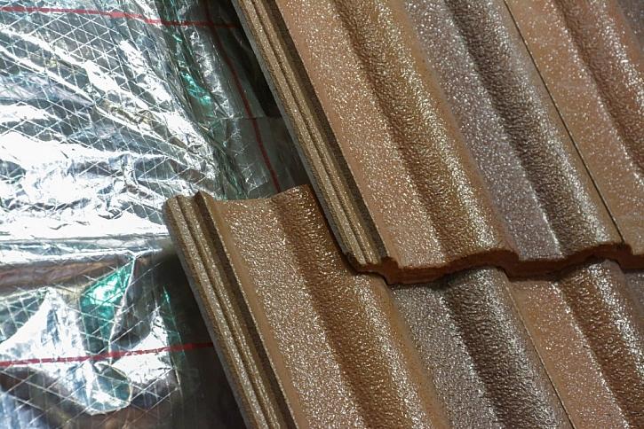 Pod střešní krytinu je nutné umístit pojistnou hydroizolaci, která ochrání před vniknutím vlhkosti zvenčí