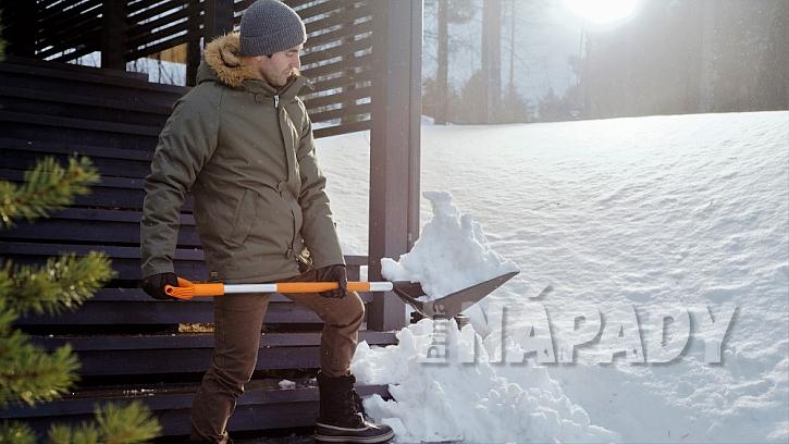 Rychlé rady do zahrady: lopata na sníh Fiskars SnowXpert má zesílenou pracovní část.