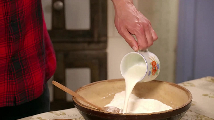Lití mléka do mísy
