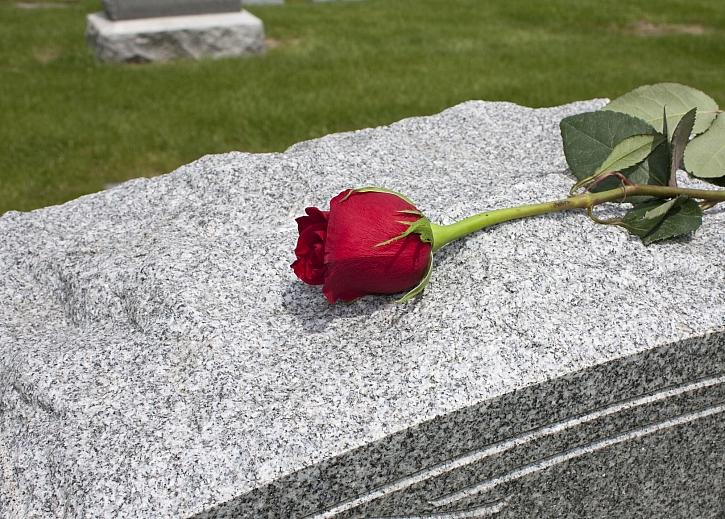 Péče o hrob by měla být samozřejmostí, leží zde naši předkové (Zdroj: Depositphotos)