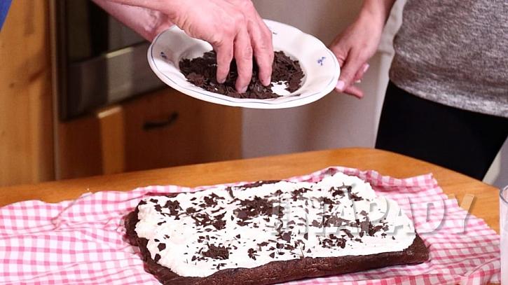 Domácí bezlepková roláda: šlehačku posypeme čokoládovými hoblinkami