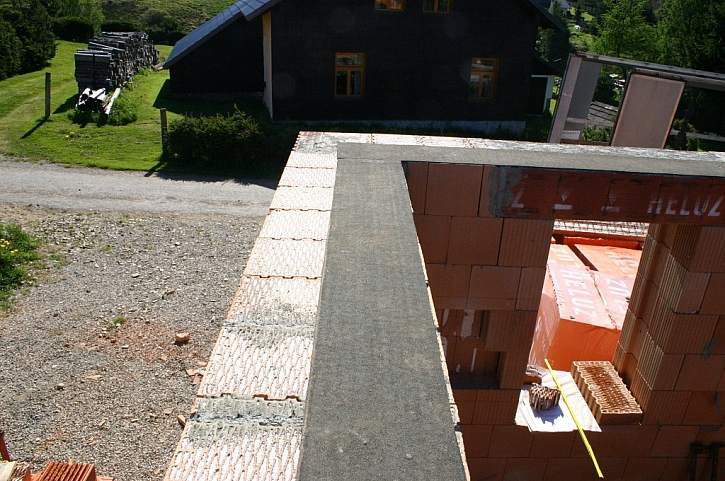Pokládka keramických stropů s deformačně separačním pásem