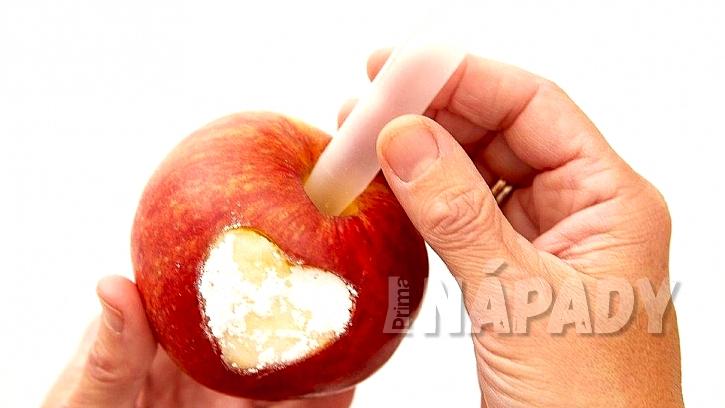 Vánoční svícen a váza z jablek: do středu zasuňte trubičku