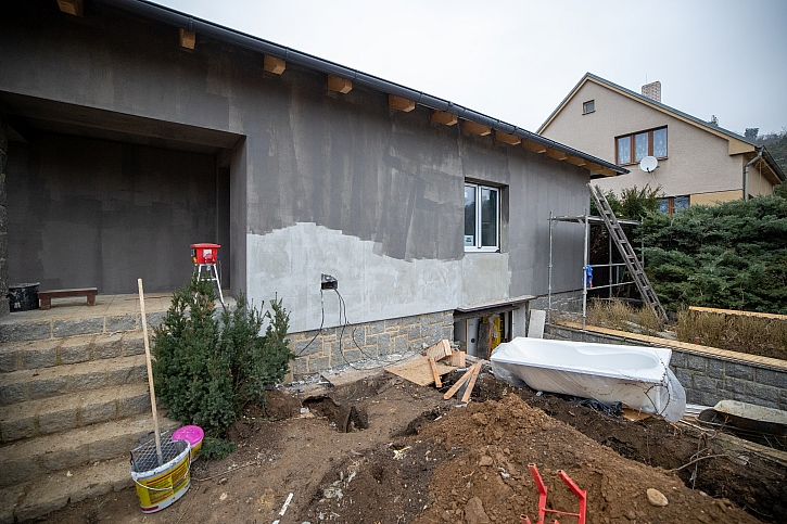 Natažení lepidla na vnější izolaci domu je základem nové omítky