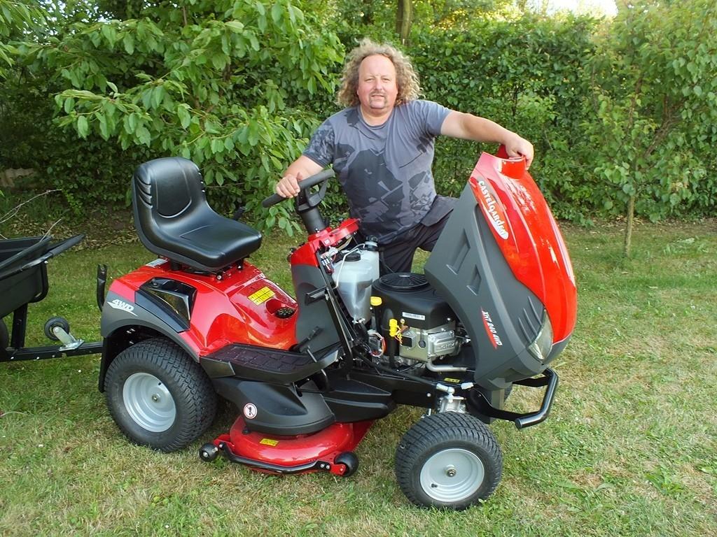 Zahradní traktor XHT 240 4WD pro kopce i roviny