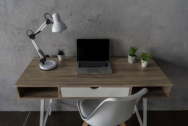 Díky osvětlení pracovního stolu si nezkazíte oči