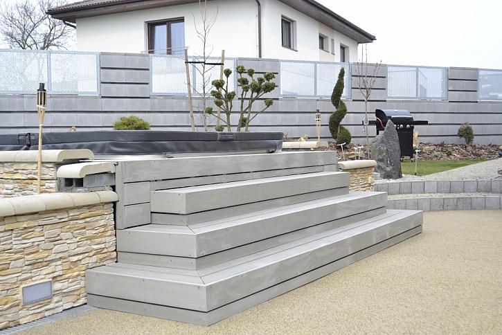 Praktické schody s protiskluzovou úpravou z materiálu wood-plastic composite