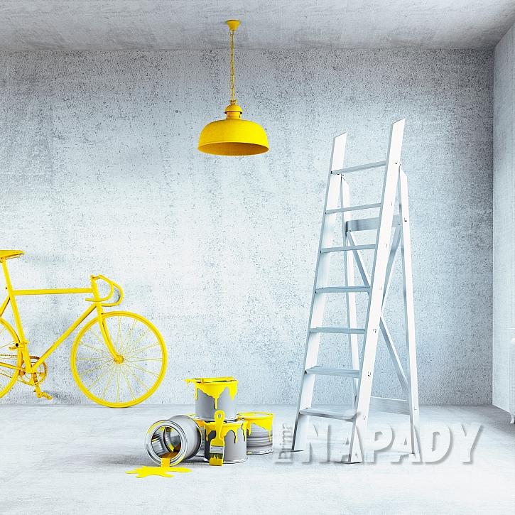 Prostor v kontrastu stříkané barvy a žlutých detailů-1
