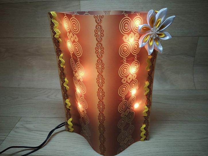 Vyrobte si z pauzovacího papíru jednoduchou ozdobnou lampičku (Zdroj: Pavlína Wagnerová Málková)