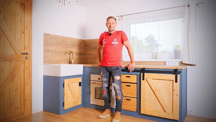 Pepa Libický vyrábí stylovou kuchyňskou linku Farmhouse