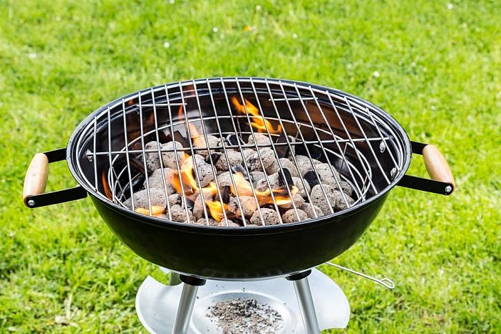 Po rozehřátí grilu nesmí uhlí hořet