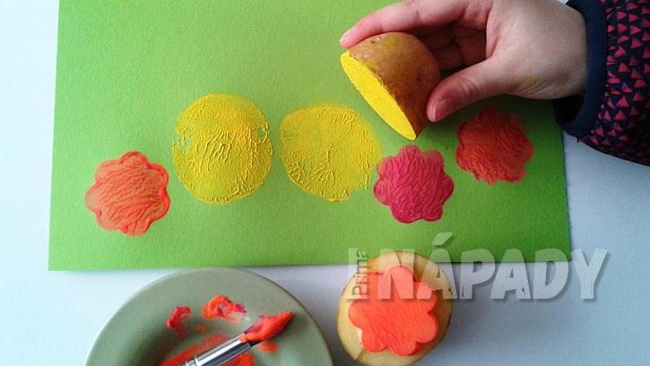 Jak udělat s dětmi velikonoční přání: natiskněte kuřátka a květy