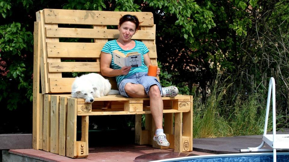 Jak si na léto udělat pohodlnou lavici z palet, kterou zvládne opravdu každý